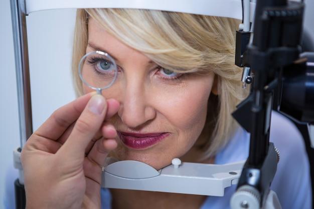 Paciente femenino bajo prueba ocular en lámpara de hendidura