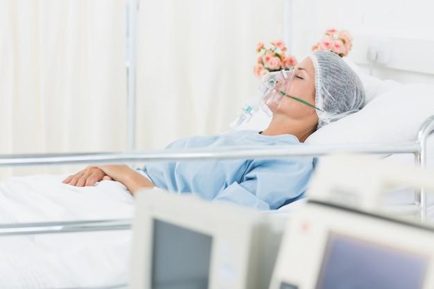 Paciente femenino que recibe ventilación artificial