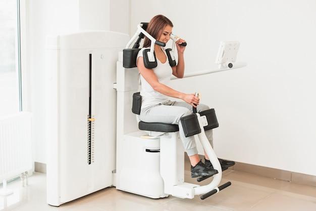 Paciente femenino trabajando ejercicios médicos