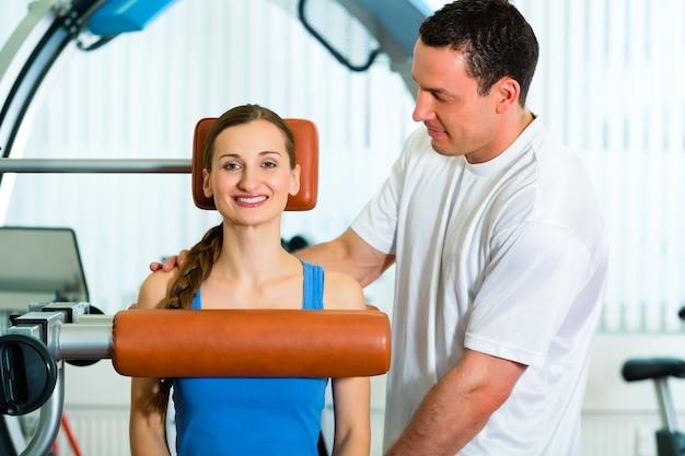 Paciente en la fisioterapia haciendo fisioterapia.