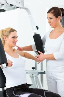 Paciente en fisioterapia haciendo fisioterapia