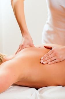 Paciente en la fisioterapia recibe masaje o drenaje linfático.