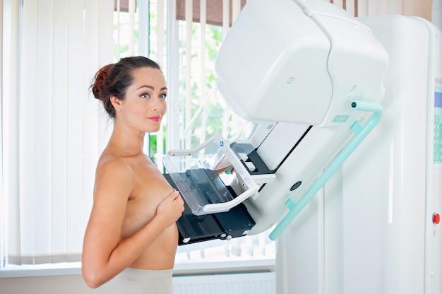 Paciente haciendo mamografía profiláctica de cáncer