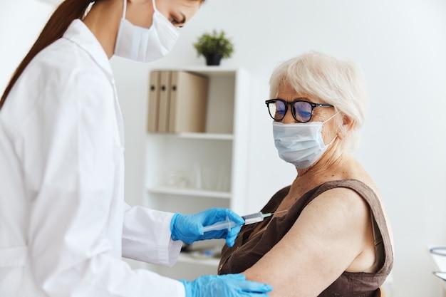 Paciente inyección de jeringa vacuna pasaporte inyección de drogas. foto de alta calidad