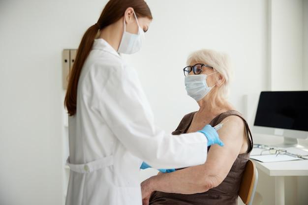 Paciente jeringa inyección vacuna pasaporte virus epidemia. foto de alta calidad