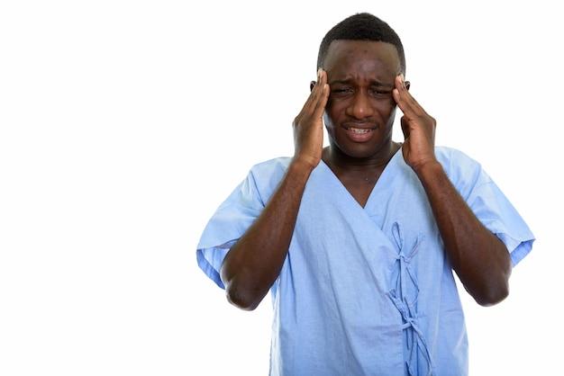 Paciente joven africano negro estresado que tiene dolor de cabeza