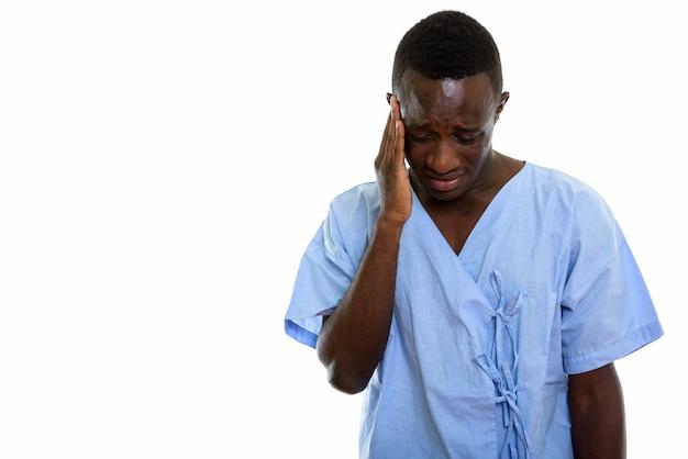 Paciente joven africano negro mirando triste