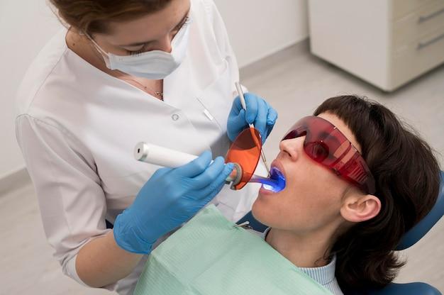 Paciente joven con procedimiento dental en el ortodoncista