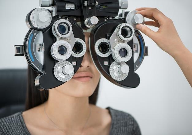 Paciente joven en recepción al médico oftalmólogo equipo oftalmológico de diagnóstico