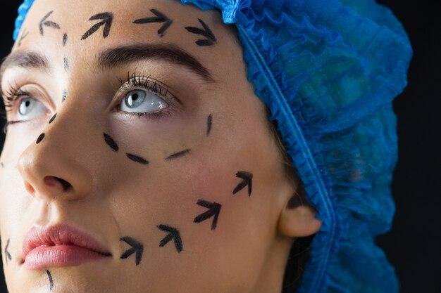 Paciente joven tranquilo con líneas punteadas en la cara
