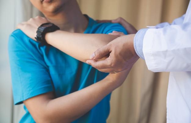 Paciente masculino joven visitando médico experimentado