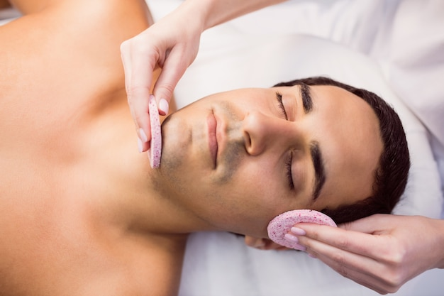 Paciente masculino que recibe masaje del médico