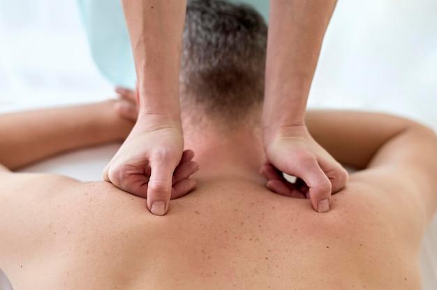 Paciente masculino en terapia con fisiólogo
