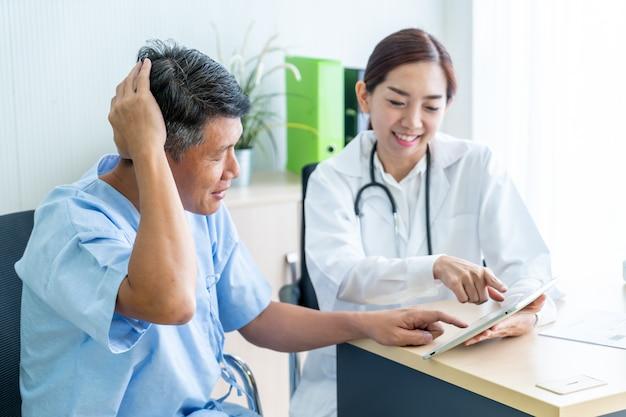 Paciente mayor asiático que consulta con el médico