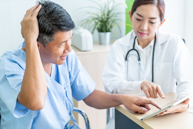 Paciente mayor asiático teniendo consulta con el doctor