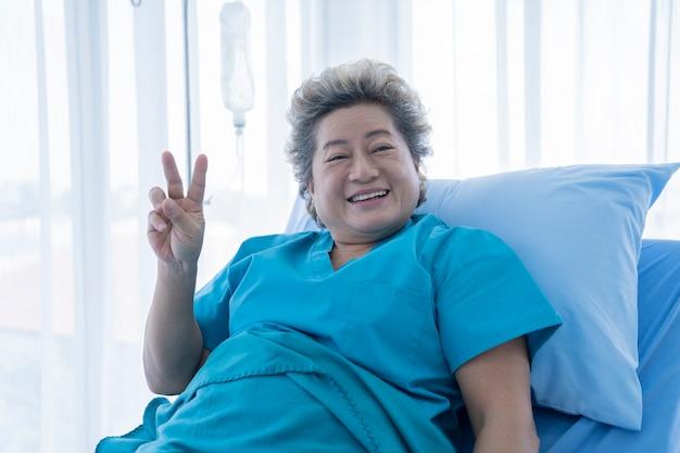 Paciente mayor en el hospital