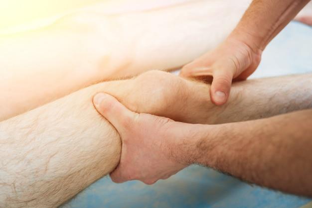 Paciente con el médico ortopedista en su consultorio.