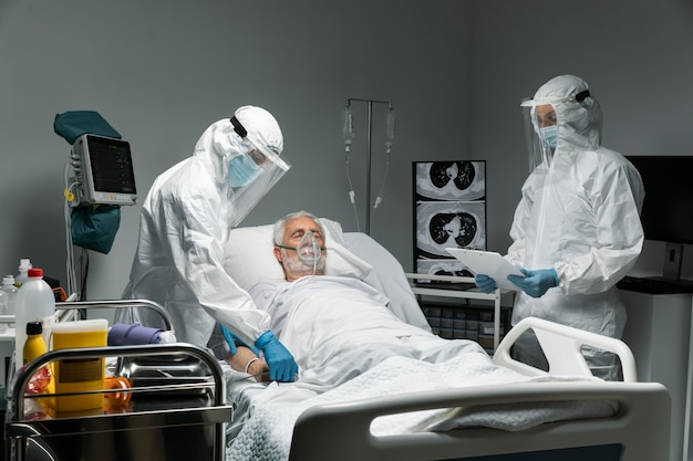 Paciente y médicos de tiro medio