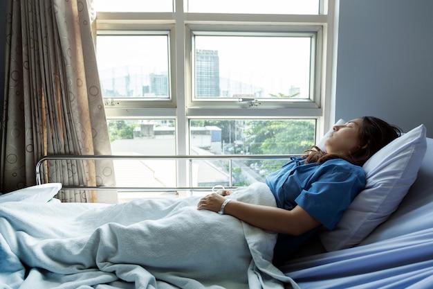 Paciente mira afuera del hospital para buscar la oportunidad