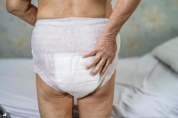 Paciente mujer mayor asiática vistiendo pañales de incontinencia en el hospital