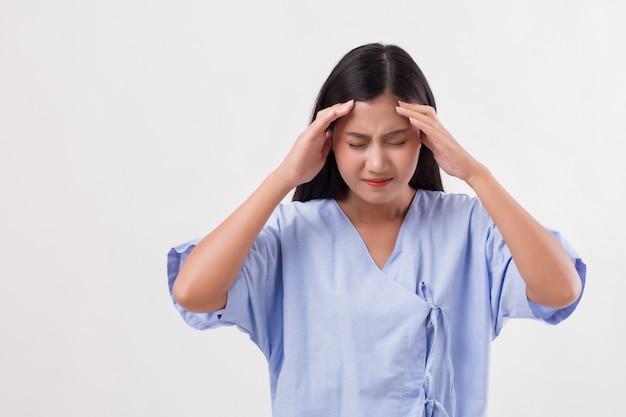 Paciente mujer que sufre de dolor de cabeza