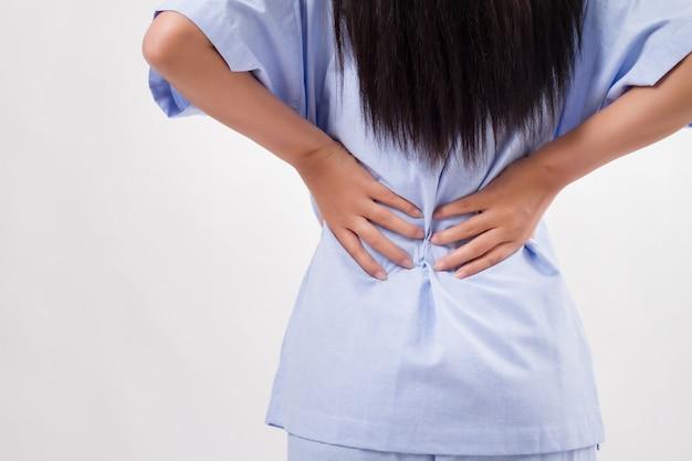Paciente mujer que sufre de dolor de espalda, disco de la columna vertebral o lesión del músculo espinal