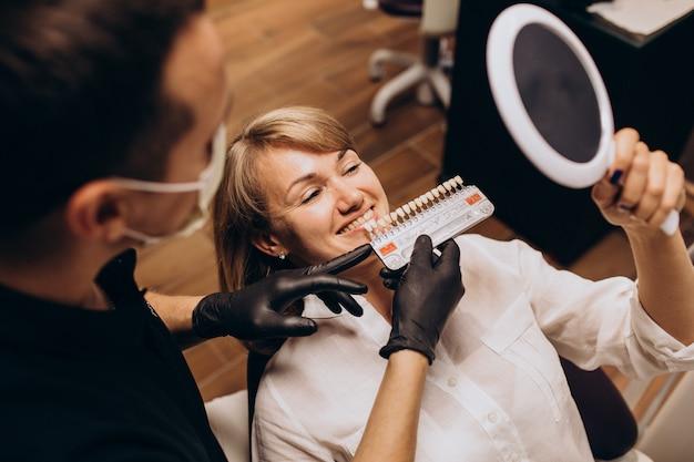 Paciente mujer visita al dentista