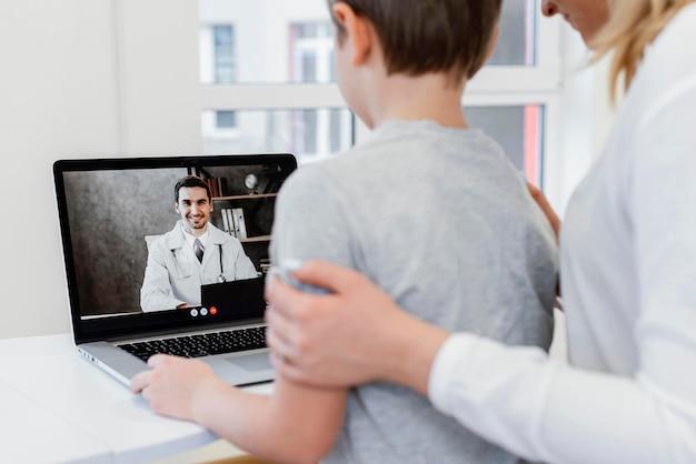 Paciente de primer plano hablando con el médico en línea