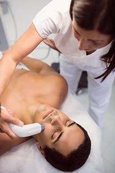 Paciente que recibe tratamiento facial
