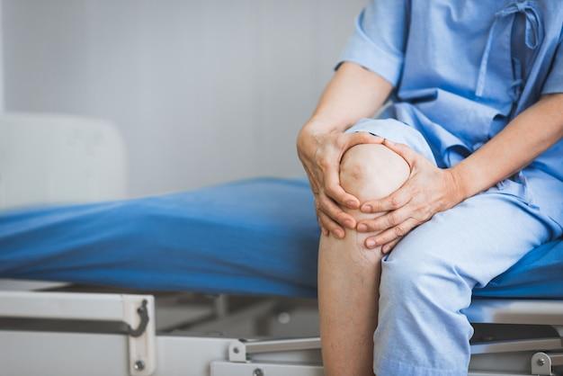 Paciente que sufre de dolor de rodilla.