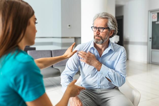 El paciente se queja con el médico sobre el dolor de hombro y otros síntomas.