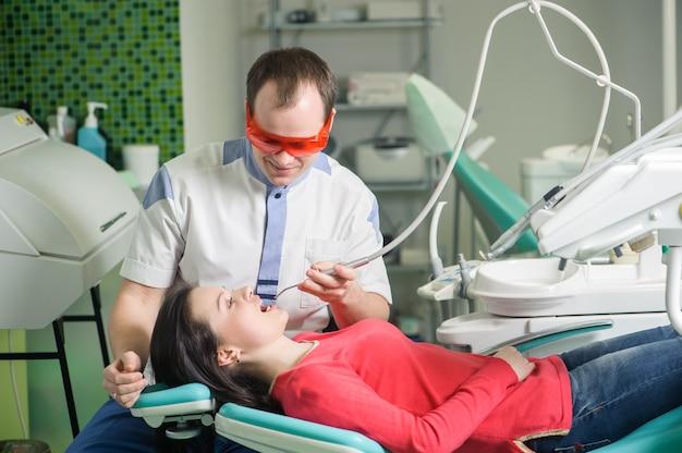 Paciente en recepción en el dentista en el consultorio dental.