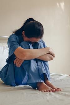 La paciente se sentó desesperada en la cama, le preocupaba el diagnóstico del médico.