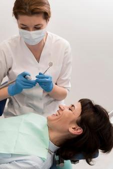 Paciente de sexo femenino que tiene un procedimiento realizado en el dentista