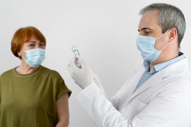 Paciente de sexo femenino recibiendo una vacuna