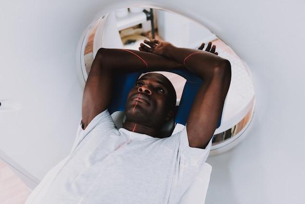 Paciente tranquilo en radioterapia o diagnóstico de rayos