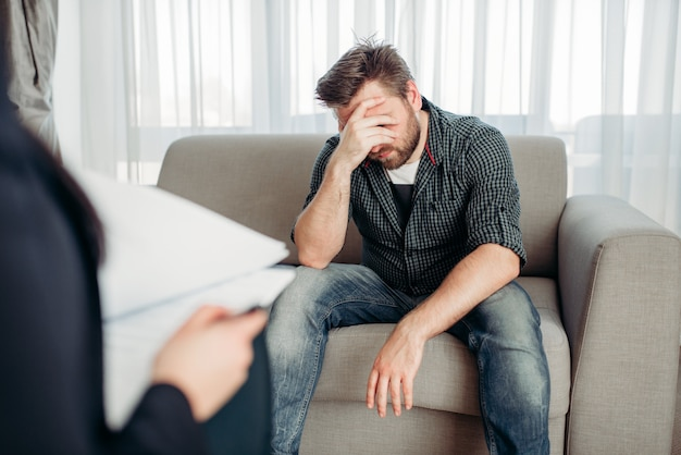 Paciente triste en psicólogo, apoyo psicológico