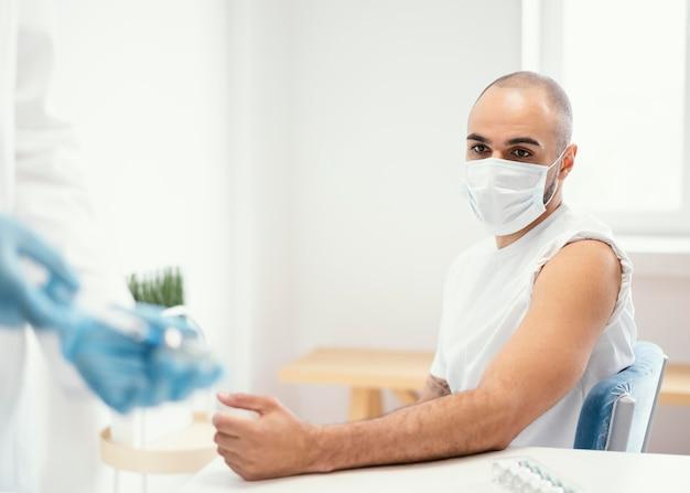 Paciente vacunado en una clínica