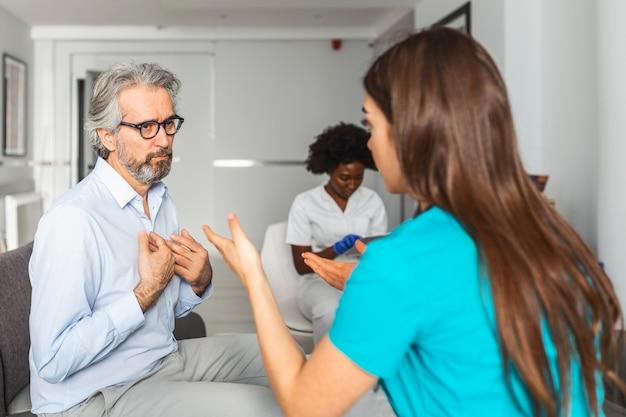 El paciente visita al médico en el hospital. servicio médico asistencial y personal médico.