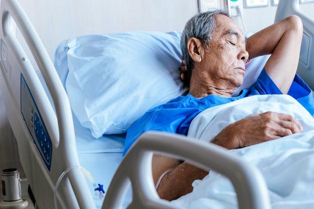 Pacientes ancianos en cama de hospital.
