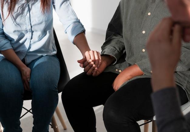 Pacientes femeninos manos sosteniendo juntos