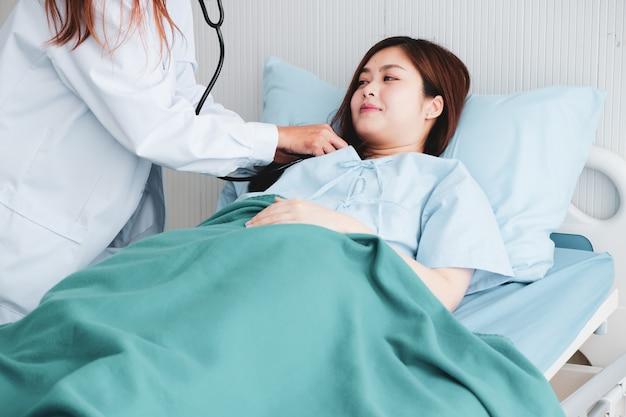 Los pacientes fueron diagnosticados y animados al estrechar las manos del médico.
