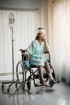 Las pacientes que se sientan en sillas de ruedas tienen dolor después de la hospitalización.