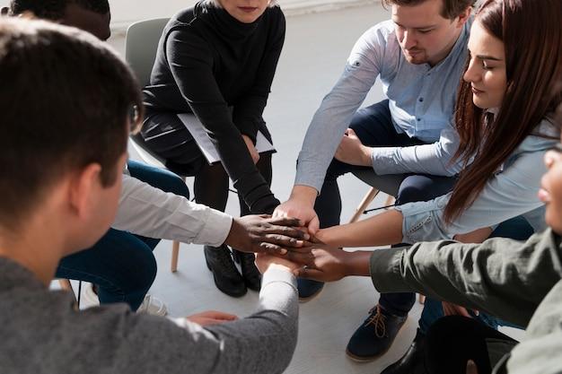 Pacientes de rehabilitación juntando las manos