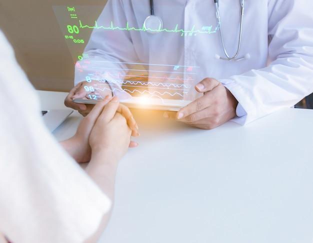 Pacientes con tecnología médica ven un examen médico