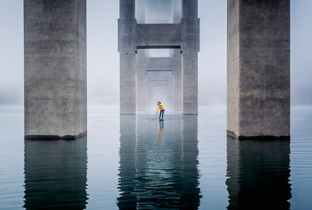 Paddle surf en el lago bajo el puente