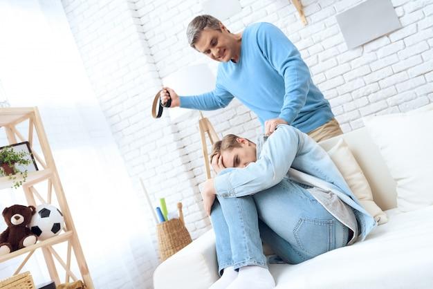 El padre de la agresión viene con el cinturón en la mano.