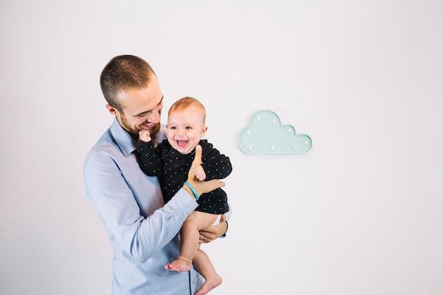 Padre alegre, tenencia, reír, bebé