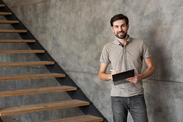 Padre de alto ángulo en casa con tableta