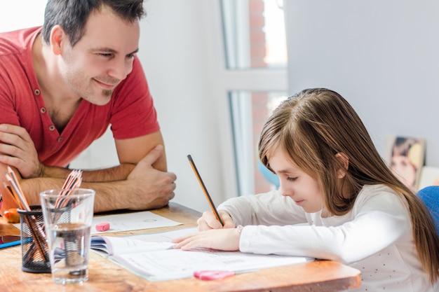Padre ayudando a la hija con la tarea